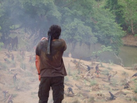 Rambo vê Sarah em meio a um mar de corpos